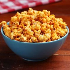 This BBQ-flavored popcorn is especially great to share with friends and family on a game day. Flavored Popcorn, Popcorn Recipes, Dessert Recipes, Vegan Recipes Videos, Cooking Recipes, Cooking Tv, Snacks, Bento, Food Videos