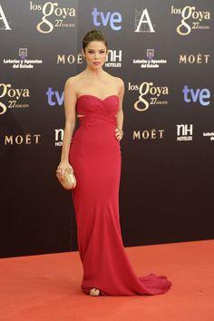 Juana Acosta con un sexy y precioso modelo fucsia de Armani Privé.