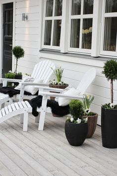 Decoration Chic Black And White Outdoor Spaces Modern White Wooden Beach Chairs Modern White Cushion Modern Black Vase Classic Laminate Flooring Extraordinary Comfortable Outdoor Design Full Combined with Black and White Outdoor Rooms, Outdoor Gardens, Outdoor Living, Outdoor Decor, Exterior Design, Interior And Exterior, Terrace Decor, Outside Living, Backyard Landscaping