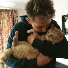 James Mcvey & his cat Mickey Vamps Band, The Vamps, Bradley Simpson, Will Simpson, New Hope Club, Famous Celebrities, Celebs, 1d And 5sos, Cool Countries