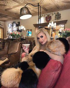 Fur Fashion, Fashion Models, Womens Fashion, Fox Fur, Coats For Women, Sexy Women, Fur Coats, Long Hair Styles, Furs