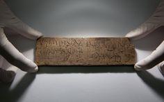 Der Fund enthält das älteste handschriftliche Dokument Großbritanniens. Auf einer Baustelle in Londons Finanzviertel haben Archäologen Hunderte historische Holztafeln entdeckt. Sie erzählen von den Anfängen der Stadt.