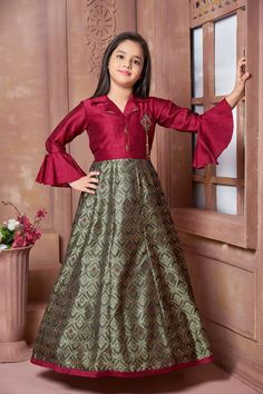 Looking to buy online gowns for girls at least cost? Visit a website Mirraw. Source by Dresses Kids Gown Design, Girls Frock Design, Kids Frocks Design, Baby Dress Design, Frocks For Girls, Gowns For Girls, Dresses Kids Girl, Kids Party Wear Dresses, Designer Party Wear Dresses