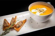 Хэллоуин: интересные рецепты для праздника. Тыквенный крем-суп с сыром фета - Woman's Day