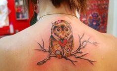Muitos animais simbolizam proteção e, entre eles, estão as corujas. Além desse significado, a ave representa sabedoria e conhecimento. A tatuagem de coruja pode ser personalizada de muitas maneiras, tendo cores e formas diferentes.