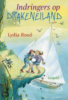 Recensie (★★★★☆) van Lydia Rood - Indringers op drakeneiland (Drakeneiland 6) | Leopold 2010, 135 bladzijden | Het dagelijks leventje van de kinderen op Drakeneiland wordt wreed verstoord door de komst van een poenig zeiljacht met acht Engelse pubers. Ze veroveren het eiland. Hoe krijgen Jeroen en zijn medebewoners ze weer weg? | http://www.ikvindlezenleuk.nl/2013/12/lydia-rood-indringers-op-drakeneiland.html