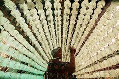 16.05 A Séoul, en Corée du Sud, une touriste photographie les dizaines de lanternes, à l'occasion du Festival des lanternes de lotus, célébrant la naissance de Bouddha, le 25 mai.Photo: Keystone/AP/ahn Young-joon