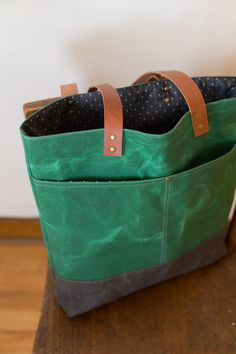 Green Waxed Canvas Tote 2019 Love this! Would want it zipper on top with some interior zippered pockets inside. The post Green Waxed Canvas Tote 2019 appeared first on Bag Diy. Waxed Canvas Bag, Canvas Purse, Canvas Tote Bags, Canvas Totes, Diy Wallet Mens, Diy Bags Purses, Coin Purses, Diy Tote Bag, Diy Handbag