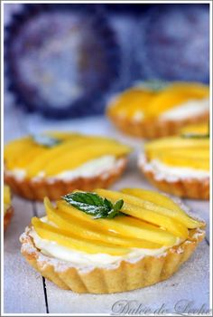 Dulce de Leche: Mangové tartaletky s krémom z kokosu a bielej čokolády Mini Desserts, Pavlova, Food Inspiration, A Table, Mango, Cheesecake, Food And Drink, Sweets, Baking