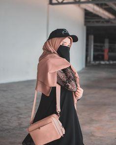 Sudahlah menghukum manusia, kita juga tidak sempurna mana 🖤 . Wearing cap salam and beautiful bawal diamond chiffon from @tesimply 😍🌸💕 - -…