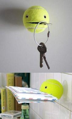 Pelota de tenis reutilizada como sujeta cosas.