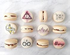 22 Magical Harry Potter Wedding Ideas to Include In Your Big Day Harry Potter Desserts, Harry Potter Treats, Gateau Harry Potter, Harry Potter Birthday Cake, Harry Potter Food, Harry Potter Wedding, Macaroons, Macaron Cookies, Cute Baking