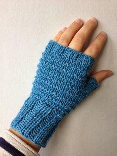 Selling at xmas markets? Make those in wool. Knitting Designs, Knitting Projects, Knitting Patterns, Wrist Warmers, Hand Warmers, Bra Hacks, Fingerless Mitts, Knitting Socks, Knit Crochet
