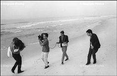 Glauber Rocha, Copacabana, 1966. Intelectuais vão à praia para filmar.