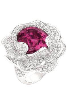 CAMÉLIA COROLLE RING~18-karat white gold set with diamonds and pink tourmaline.