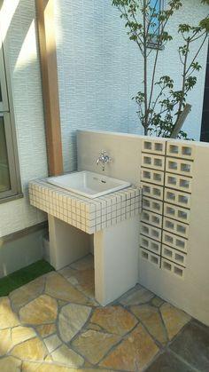 Small Patio Design, Outdoor Kitchen Design, Lavabo Exterior, Outside Sink, Garden Sink, Diy Garden Fountains, Outdoor Sinks, Brick Patios, Diy Outdoor Furniture