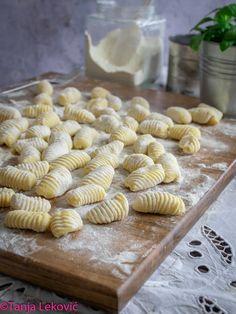 Domaće njoke - Kuhinja zaposlene žene Baking Recipes, Dessert Recipes, Healthy Recipes, Baking Ideas, Healthy Food, Pasta Maker, Croatian Recipes, Bread And Pastries, Sweet Desserts