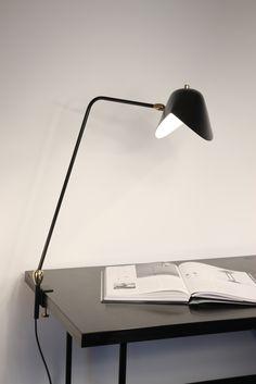 Dès 1953, Serge Mouille commence ses recherches sur les formes en métal et la fabrication artisanale de luminaires, tout en assurant la direction de l'atelier d'orfèvrerie de l'École des Arts Appliqués, dont il est diplômé. En 1955, il est élu à la Société des Artistes Décorateurs (S.A.D.). L'année suivante, sous l'influence de Charlotte Perriand et de Jean Prouvé, la galerie Steph Simon accueille les travaux de Serge Mouille, ainsi que ceux d'Isamu Noguchi.