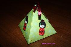 Découvrez comment réaliser une boîte cadeau pyramide sur mon blog  http://cleaya.com/tutoriel-de-boite-cadeau-pyramide/