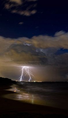 Lightning ➖➖➖➖➖➖➖➖➖ Thunderstorm ➖➖➖➖➖➖➖➖➖ Clouds ➖➖➖➖➖➖➖➖➖ Storm Over the Ocean All Nature, Science And Nature, Amazing Nature, Beautiful Sky, Beautiful World, Simply Beautiful, Look Wallpaper, Tornados, Thunderstorms