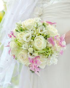 classic bridal bouquet. - klassischer runder brautstrauß creme und rosa