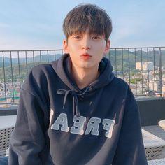 늘날씨 대박😆💕 I feel so good because the weather is nice. Hot Korean Guys, Korean Boys Ulzzang, Cute Asian Guys, Cute Korean Boys, Ulzzang Boy, Korean Men, Asian Boys, Asian Men, Cute Guys
