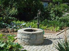 Schwarzstahlbrunnen mit Natursteinwasserlauf