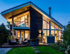 Deze landelijke woning is gebouwd aan de rivier 'de Alblas'. De vorm is afgeleid van een wagenschuur die geabstraheerd is tot een schil die bedekt is met dakpannen.