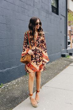 Love the color and style of the dress, bag and shoes!!