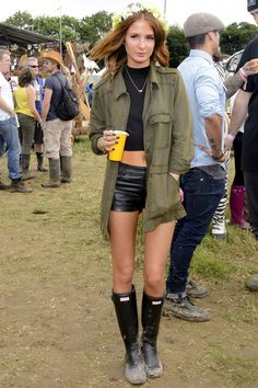 Glastonbury Street Style Pictures June 2013 Glastonbury Street Style Pictures June 2013 edgy summer music festival outfit The post Glastonbury Street Style Pictures June 2013 appeared first on New Ideas. Festival Mode, Festival Chic, Festival Looks, Festival Wear, Festival Fashion, Millie Mackintosh Made In Chelsea, Look Hippie Chic, Concert Fashion, Botas Sexy