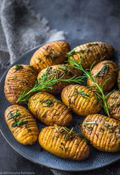 Rosemary + Garlic Mini Hasselback Potatoes - Wholesome Patisserie - rosemary-garlic-mini-hasselback-potatoes-vegan-christmas-dinner-side-dish-easy The best image about - # Batatas Hasselback, Hasselback Potatoes, Roasted Potatoes, Rosemary Potatoes, Christmas Dinner Side Dishes, Vegan Christmas Dinner, Thanksgiving Side Dishes, Christmas Time, Food Dinners