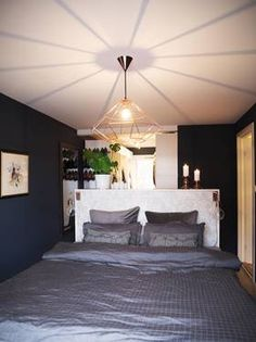 Seng midt i rommet, hylle fra Ikea som romdeler/sengegavl, garderobe bak Ceiling Lights, Ikea, Furniture, Home Decor, Bedrooms, Ceiling Lamps, Interior Design, Bedroom, Home Interior Design