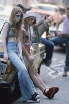 Jodie Foster, as the hooker Iris, leaning against a parked car on the set of Martin Scorsese Taxi Driver Photo Steve Schapiro Jodie Foster, 60s And 70s Fashion, Retro Fashion, Vintage Fashion, Denim Fashion, Taxi Driver, Chauffeur De Taxi, 70s Mode, Rare Historical Photos