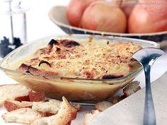 SOUPE A L'OIGNON (Pour 4 P : 500 g d'oignons, 30 g de farine, 1 litre 1/4 de fond de volaille ou de veau, sel, poivre, fromage râpé, pain grillé, beurre)
