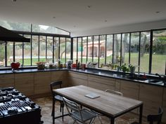 Wishing for a more spacious and contemporary kitchen, the owners of this house in Bouches-du-Rhône have created an old glass canopy with fine lines and slender. Conservatory Kitchen, Home Interior, Interior Design, Louisiana Homes, Kitchen Views, Home Decor Kitchen, Home Remodeling, Kitchen Remodel, Sweet Home