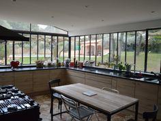 Souhaitant une cuisine plus spacieuse et plus contemporaine, les propriétaires de cette maison des Bouches-du-Rhône ont créé une verrière à l'ancienne aux lignes fines et élancées. ... #maisonAPart