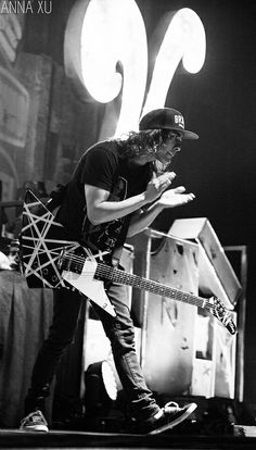 Vic Fuentes || Pierce The Veil I want that guitar
