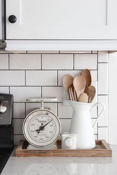 Home Decoration Tips 12 beautiful ways to style kitchen counters.Home Decoration Tips 12 beautiful ways to style kitchen counters Country Farmhouse Decor, Farmhouse Style Kitchen, Diy Kitchen, Kitchen Dining, Country Kitchen, How To Decorate Kitchen, Kitchen Ideas, Kitchen White, White Farmhouse