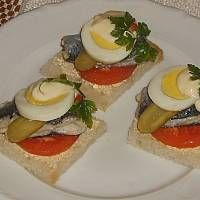 Kanapki śledziowe Sushi, Eggs, Breakfast, Ethnic Recipes, Food, Morning Coffee, Essen, Egg, Meals