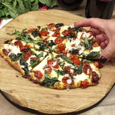 This Garlic Roasted Tomato and Spinach Flatbread is crispy, smothered in cheese with sweet roasted cherry tomatoes and spinach. Garlic Roasted Tomato and Spinach Flatbread is crispy, smothered in cheese with sweet roasted cherry tomatoes and spinach. Veggie Recipes, Cooking Recipes, Healthy Pizza Recipes, Roasted Veggie Pizza Recipe, Healthy Recipes With Spinach, Heathy Pizza, Gormet Pizza, Healthy Snacks Vegetarian, Homemade Pizza Recipe