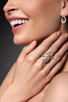 Viete, ako vyzerá dokonalé diamantové pokušenie? Práve sa naň pozeráte! Ako v rajskej v záhrade, aj tu vás bude lákať had, ktorý v symbolickej rovine predstavuje život, múdrosť a silu. Tú mu dodáva 116 prírodných briliantov, na ktoré sa nebudete vedieť vynadívať. Šetrite si však energiu aj na briliantové náušnice Subtle, ktoré sme ručne osadili až 180 kusmi diamantov nádhernej briliancie. Perfektná súhra, však? Snake, Wedding Rings, Pure Products, Engagement Rings, Gemstones, Elegant, Diamond, Earrings, Jewelry