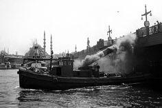 ✿ ❤ Bir Zamanlar İSTANBUL, bacası Galata Köprüsüne çarpan bir tekne, Ara Güler fotoğrafı.