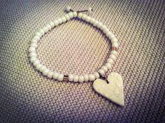 fr_bracelet_blanc_breloque_en_ceramique_porcelaine_artisanale_perles_cubes_dores_