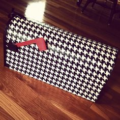 houndstooth print mailbox, DIY: 1 yard of fabric mailbox Outdoor Mod Podge spounge applicator or brush --use any type of fabric Mailbox Makeover, Diy Mailbox, Alabama Football, Alabama College, Alabama Crafts, Painted Mailboxes, Coq, Alabama Crimson Tide, Roll Tide