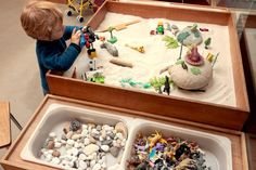 Plan, explications table exploration sensorielle / bac sensoriel / water and sand table Montessori Preschool, Preschool Classroom, Classroom Activities, Toddler Activities, Classroom Table, Sand And Water Table, Sand Table, Umea, Fidget Cube