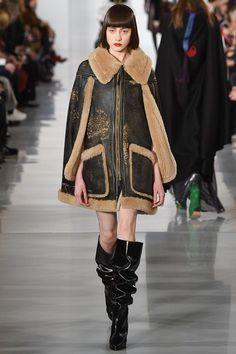 La cape en peau lainée du défilé Maison Margiela automne-hiver 2016-2017