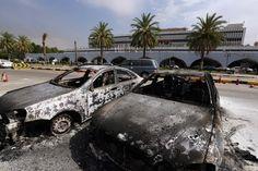 リビアの首都トリポリ(Tripoli)にあるトリポリ国際空港(Tripoli International Airport)で、空港を管理していた民兵組織「ジンタン(Zintan)旅団」とイスラム武装勢力との戦闘で燃やされた車(2014年7月14日撮影)。(c)AFP/MAHMUD TURKIA ▼16Jul2014AFP|リビアに再び内戦の危機、武装勢力の対立が激化 http://www.afpbb.com/articles/-/3020715 #Tripoli