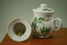 Handmade mug with filter suitable for loose tea leaves. This mug comes with its own lid and an internal ceramic filter.