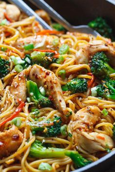 chicken recipes Chicken Stir Fry Noodles Make your own take-out at home with this super easy chicken lo mein inspired recipe. This easy mid-week dinner recipe is loaded with nutritive veggies, and ready in 15 m Chicken Stir Fry With Noodles, Fried Noodles Recipe, Chicken Pasta, Healthy Chicken Stir Fry, Chinese Stir Fry Noodles, Stir Fry Pasta, Chicken Broccoli Stir Fry, Skillet Chicken, Pasta Noodles
