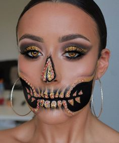 Who knew skull makeup could be so pretty? Check out some of the most gorgeous skeleton makeup looks for Dia de los Muertos. Candy Skull Makeup, Halloween Makeup Sugar Skull, Amazing Halloween Makeup, Skeleton Makeup, Halloween Makeup Looks, Diy Halloween, Vintage Halloween, Sugar Skull Makeup Tutorial, Halloween Costumes